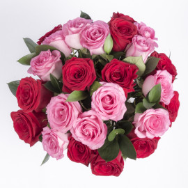 Букет красных и розовых роз-