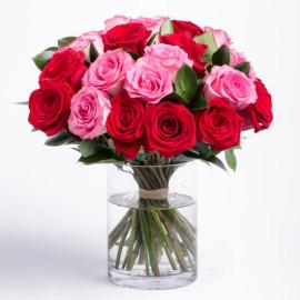 Букет красных и розовых роз